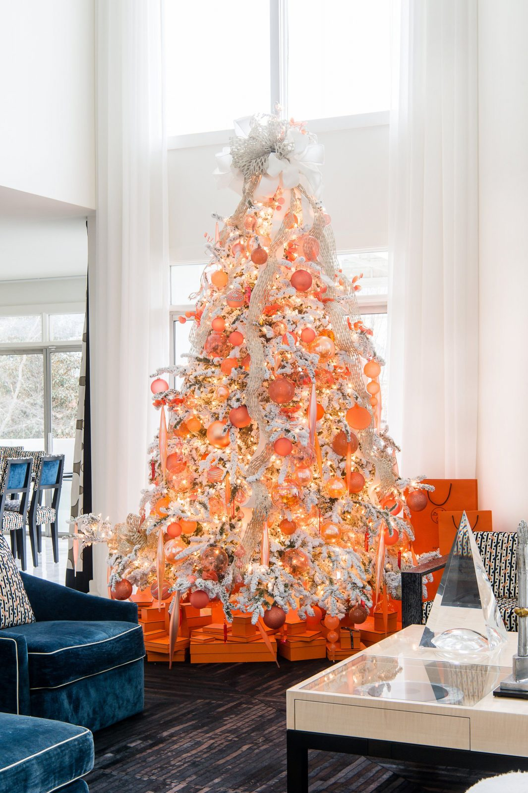 Peach and white colored christmas tree for a unique and bright christmas mood.