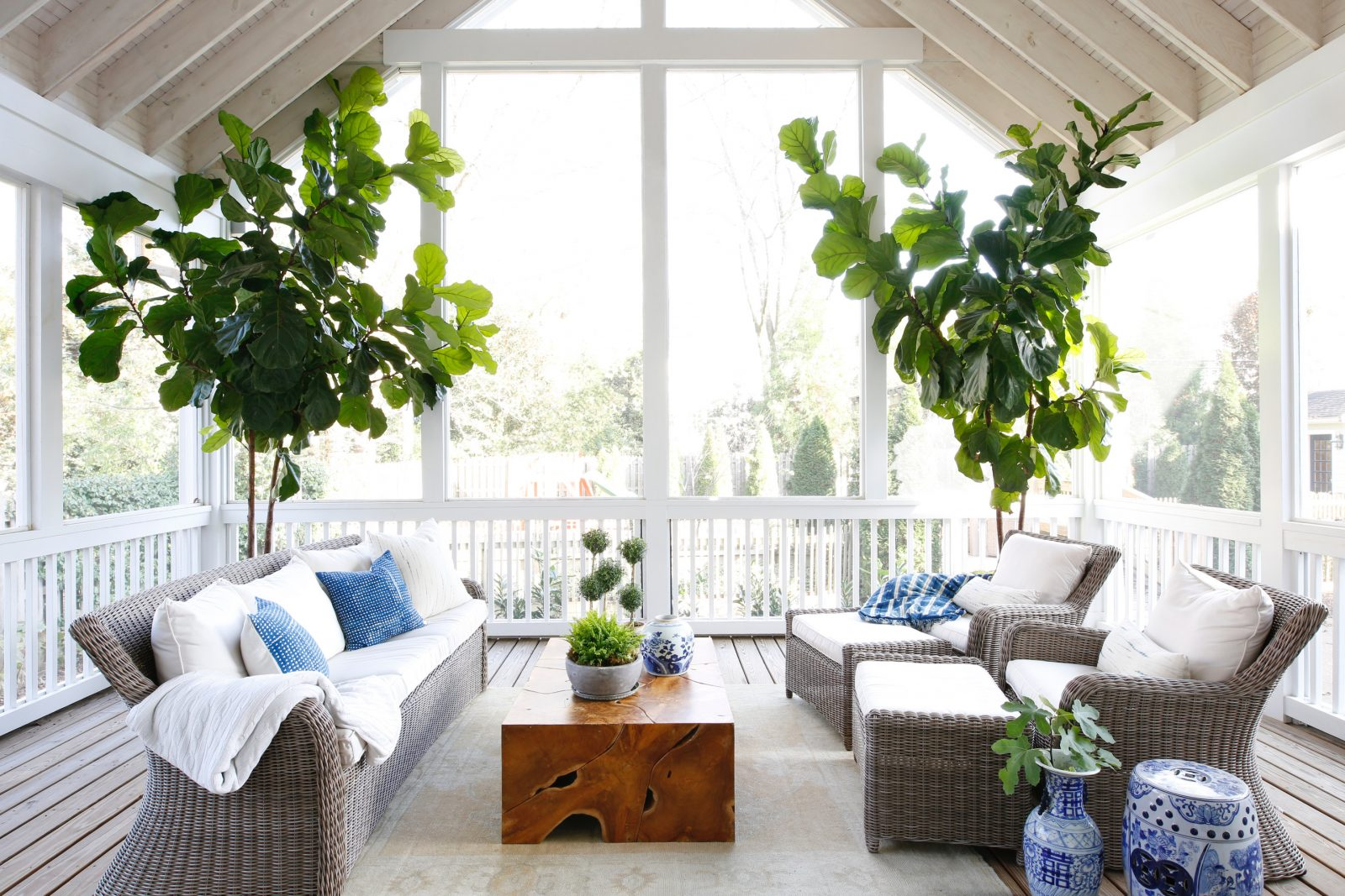 blue and white themed outdoor decore to inspire your summer outdoor living space