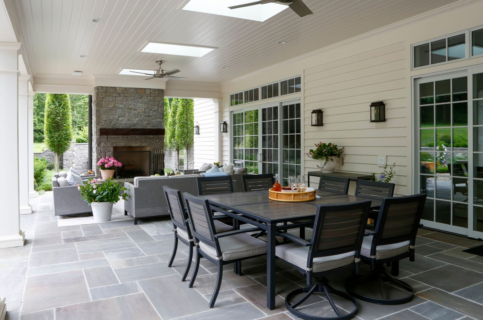 Outdoor dinning and entertaining space in Oak Hill